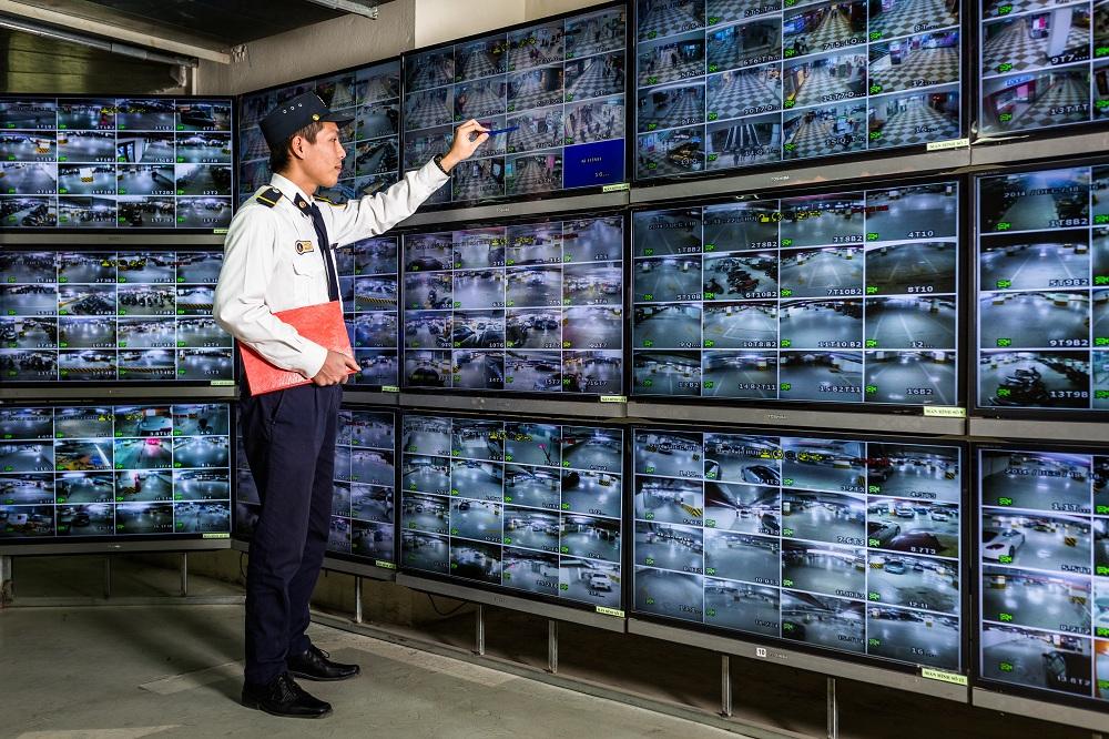 nhân viên kiểm soát camera Vinhomes Grand Park Quận 9